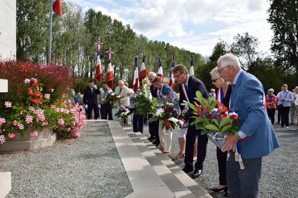Monument aux Morts de  Canchomprez  en hommage à la mémoire des résistants
